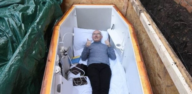 O caixão foi especialmente adaptado para que ele pudesse transmitir experiência ao vivo.